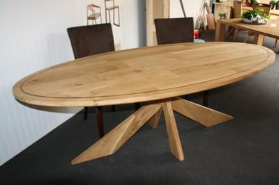 Meubelen ovale tafel van massief eiken met walnoten bies