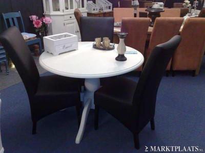 Meubelen gerestylde ronde eettafel met 3 nieuwe zwarte for Zwarte eettafel stoelen